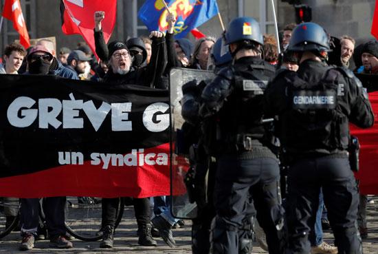 الشرطة الفرنسية تتصدى للمتظاهرين