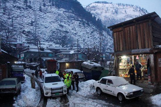 فرق الانقاذ وسط المنازل المتضررة