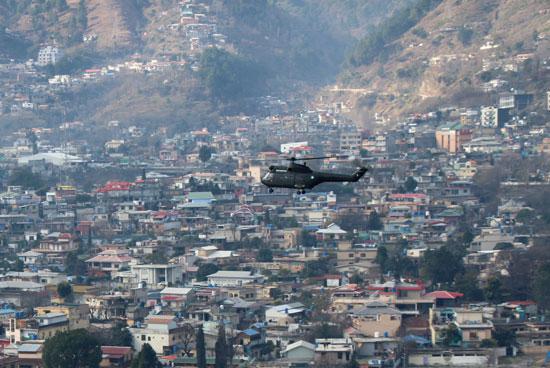 طائرة هليكوبتر تشارك فى عمليات الانقاذ