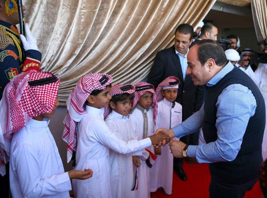 الرئيس السيسي يصافح أطفال جنوب سيناء خلال افتتاح مضمار سباقات الهجن