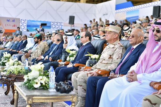 الرئيس-عبد-الفتاح-السيسى-بجوار-الشيخ-محمد-بن-زايد-ووزير-الدفاع-والدكتور-على-عبد-العال
