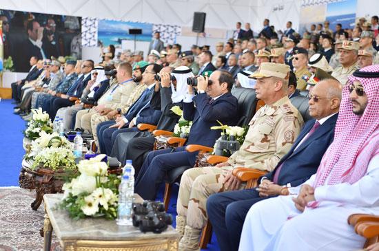 الرئيس-عبد-الفتاح-السيسى-بجوار-الشيخ-محمد-بن-زايد-ووزير-الدفاع-والدكتور-على-عبد-العال-(2)