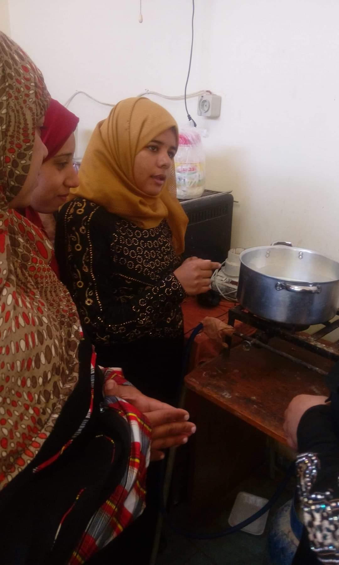 تدريب سيدات قرية المنيرة بالوادى الجديد على صناعة منتجات الألبان (2)