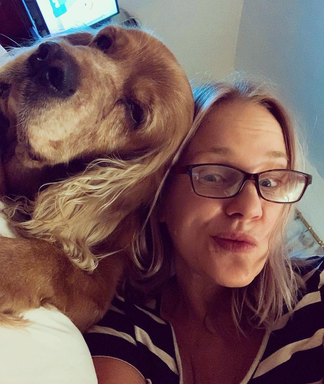 شيرين رضا مع كلبها