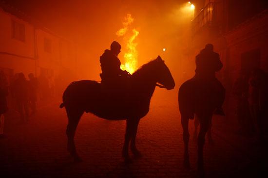 دخان يتصاعد جراء النيران
