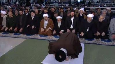 المرشد الإيرانى يؤم المصلين فى طهران
