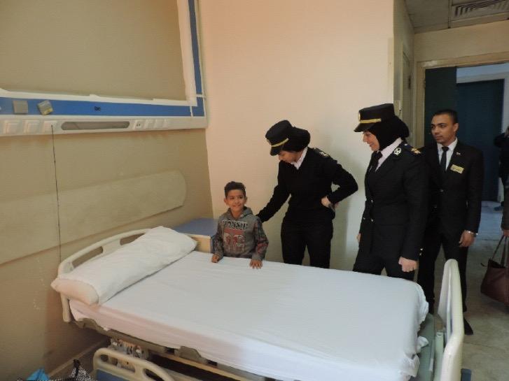 الطفل مع عناصر الشرطة النسائية