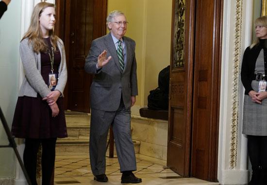 أعضاء مجلس الشيوخ لحظة خروجهم من أول جلسات المحاكمة