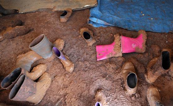أحذية الطلبة وقد غرست فى طين الأمطار