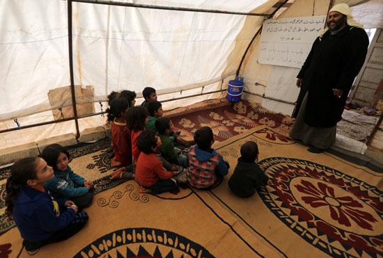 الأطفال مع مدرسهم