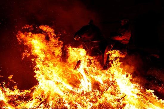مهرجان قفز الجياد وسط النيران بإسبانيا
