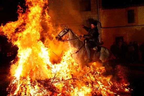 النيران اسفل الجياد لحظة العبور