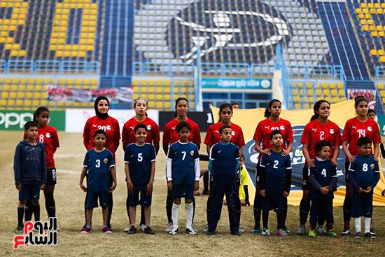 لاعبات منتخب لكرة القدم سيدات أثناء النشيد الوطنى