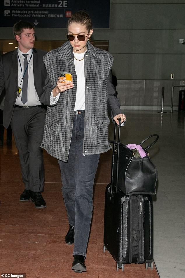 جيجي حديد تصل مطار باريس