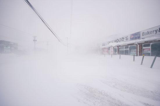 الثلوج تغطى الطرق فى كندا