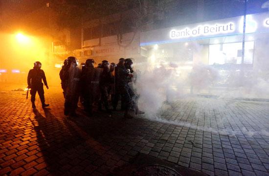 الشرطة تطارد المتظاهرين