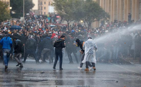 خراطيم المياه لتفريق المحتجين