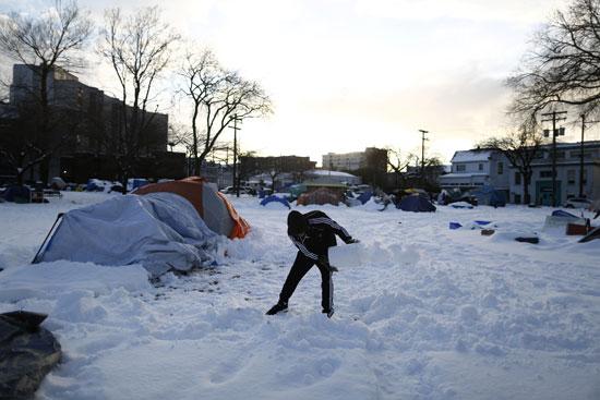رجل يزيل أكوام الثلج