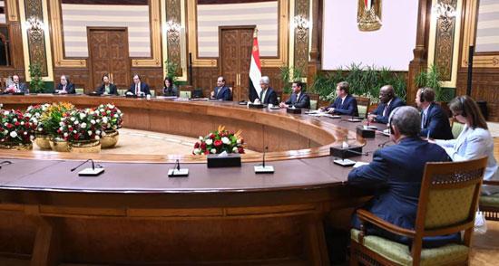 الرئيس عبد الفتاح السيسي يستقبل وفدا من أعضاء مجلس المديرين التنفيذيين للبنك الدولي (4)