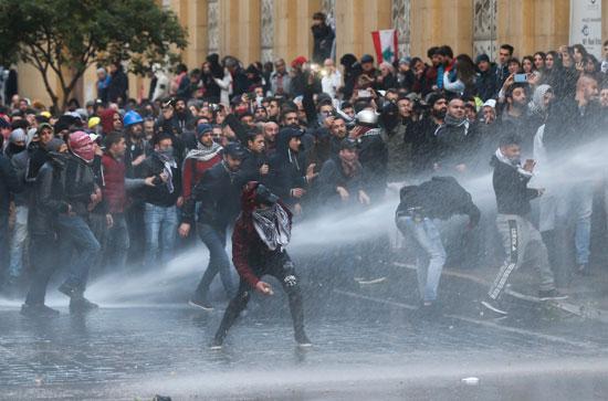 الشرطة تستخدم خراطيم المياه