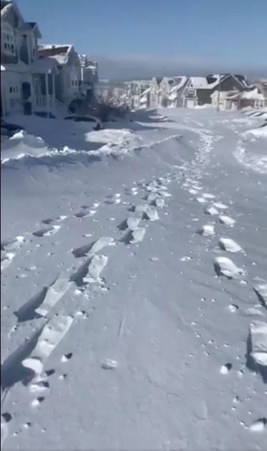 آثار قدم على الثلوج الكثيفة