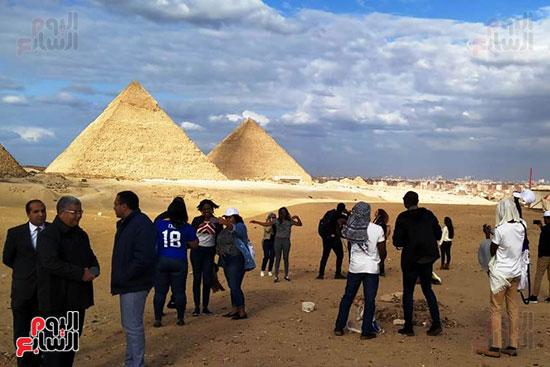 شباب الدفعة الثالثة بالبرنامج الرئاسى لتأهيل الشباب فى زيارة للأهرامات (5)