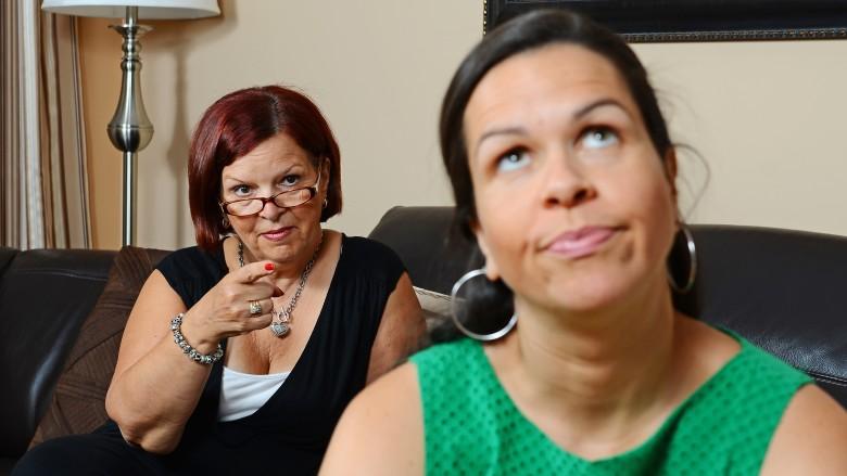 طرق التعامل مع والدة الزوج