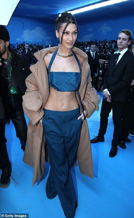 إطلالة بيلا حديد فى عرض أزياء الرجال بباريس