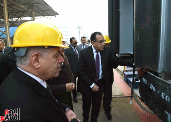 مصطفى مدبولي رئيس مجلس الوزراء فى زيارة لمصنع مهمات السكك الحديدية سيماف (12)