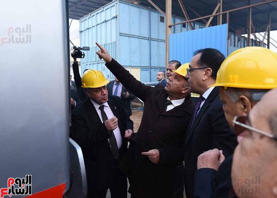 مصطفى مدبولي رئيس مجلس الوزراء فى زيارة لمصنع مهمات السكك الحديدية سيماف (11)