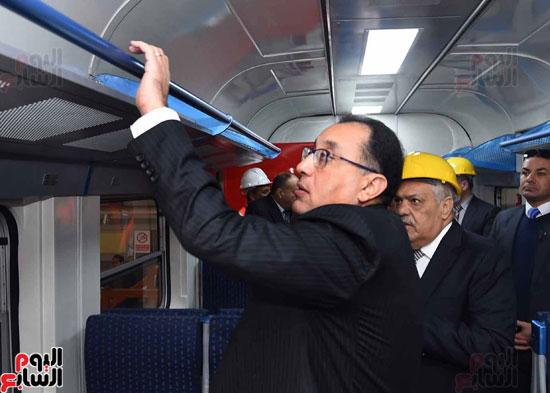مصطفى مدبولي رئيس مجلس الوزراء فى زيارة لمصنع مهمات السكك الحديدية سيماف (16)