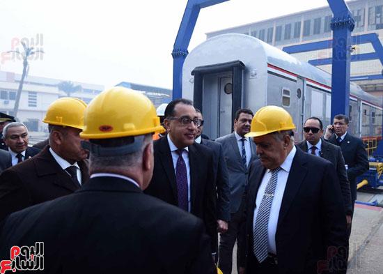 مصطفى مدبولي رئيس مجلس الوزراء فى زيارة لمصنع مهمات السكك الحديدية سيماف (8)