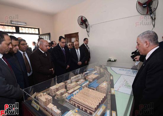 مصطفى مدبولي رئيس مجلس الوزراء فى زيارة لمصنع مهمات السكك الحديدية سيماف (5)