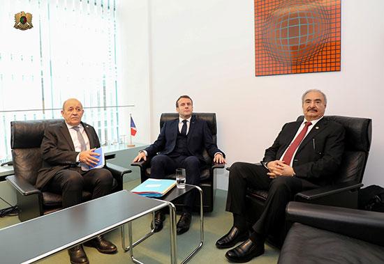 الرئيس الفرنسى ووزير خارجية بلادة مع المشير حفتر
