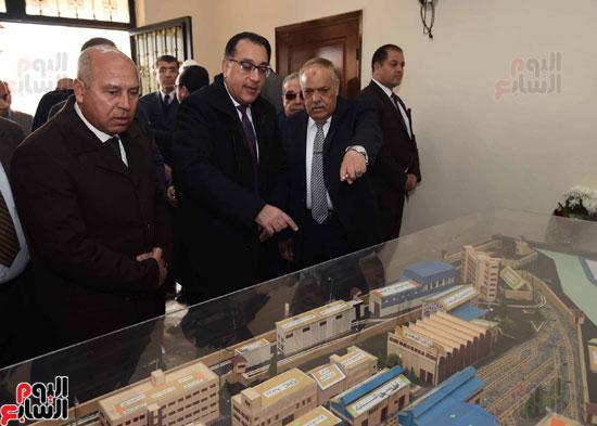مصطفى مدبولي رئيس مجلس الوزراء فى زيارة لمصنع مهمات السكك الحديدية سيماف (6)