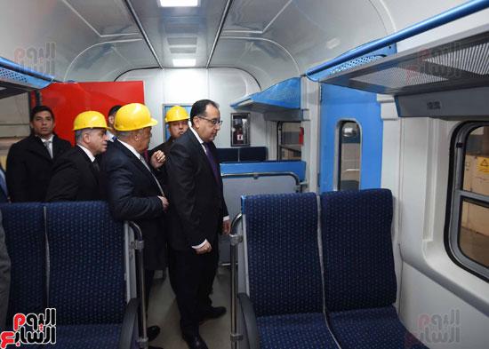 مصطفى مدبولي رئيس مجلس الوزراء فى زيارة لمصنع مهمات السكك الحديدية سيماف (13)