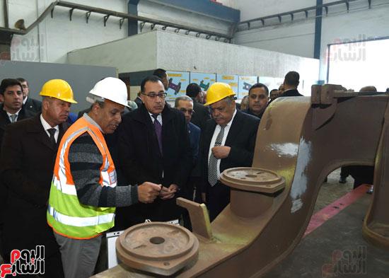 مصطفى مدبولي رئيس مجلس الوزراء فى زيارة لمصنع مهمات السكك الحديدية سيماف (18)