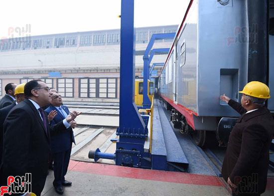مصطفى مدبولي رئيس مجلس الوزراء فى زيارة لمصنع مهمات السكك الحديدية سيماف (10)