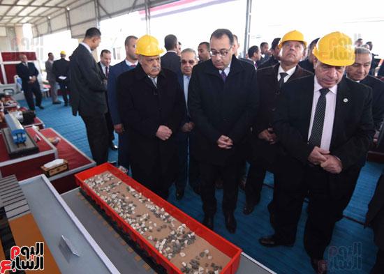 مصطفى مدبولي رئيس مجلس الوزراء فى زيارة لمصنع مهمات السكك الحديدية سيماف (20)