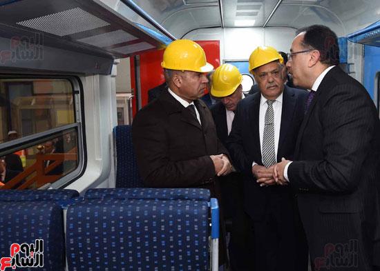 مصطفى مدبولي رئيس مجلس الوزراء فى زيارة لمصنع مهمات السكك الحديدية سيماف (14)