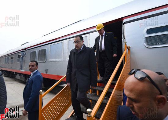 مصطفى مدبولي رئيس مجلس الوزراء فى زيارة لمصنع مهمات السكك الحديدية سيماف (19)