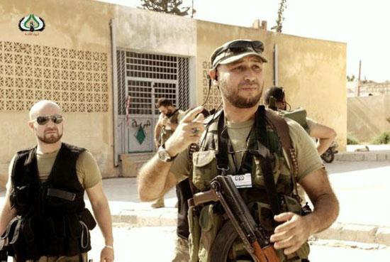 يحمل السلاح ويقود التنظيمات الارهابية فى ليبيا
