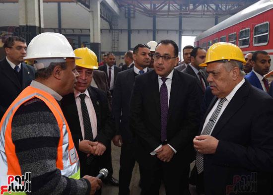مصطفى مدبولي رئيس مجلس الوزراء فى زيارة لمصنع مهمات السكك الحديدية سيماف (17)
