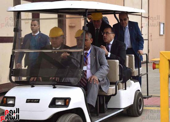 مصطفى مدبولي رئيس مجلس الوزراء فى زيارة لمصنع مهمات السكك الحديدية سيماف (1)