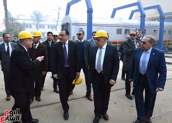 مصطفى مدبولي رئيس مجلس الوزراء فى زيارة لمصنع مهمات السكك الحديدية سيماف (7)