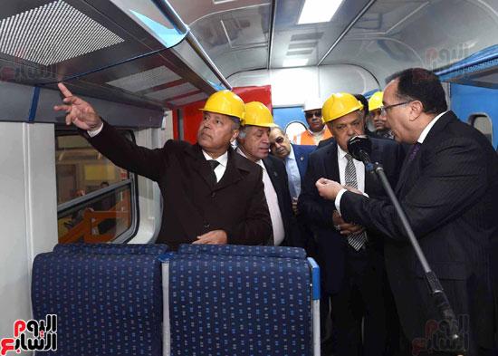مصطفى مدبولي رئيس مجلس الوزراء فى زيارة لمصنع مهمات السكك الحديدية سيماف (15)