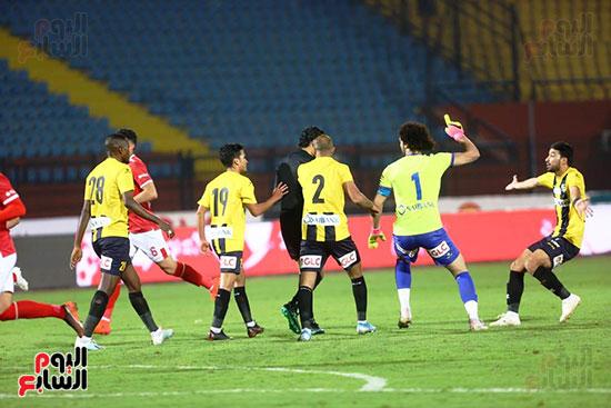 هجوم لاعبى المقاولون على أحمد الغندور