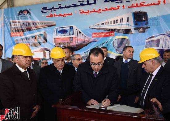مصطفى مدبولي رئيس مجلس الوزراء فى زيارة لمصنع مهمات السكك الحديدية سيماف (22)