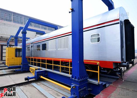 مصطفى مدبولي رئيس مجلس الوزراء فى زيارة لمصنع مهمات السكك الحديدية سيماف (9)