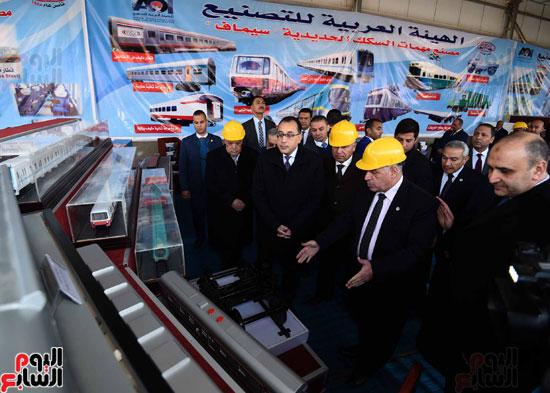 مصطفى مدبولي رئيس مجلس الوزراء فى زيارة لمصنع مهمات السكك الحديدية سيماف (21)